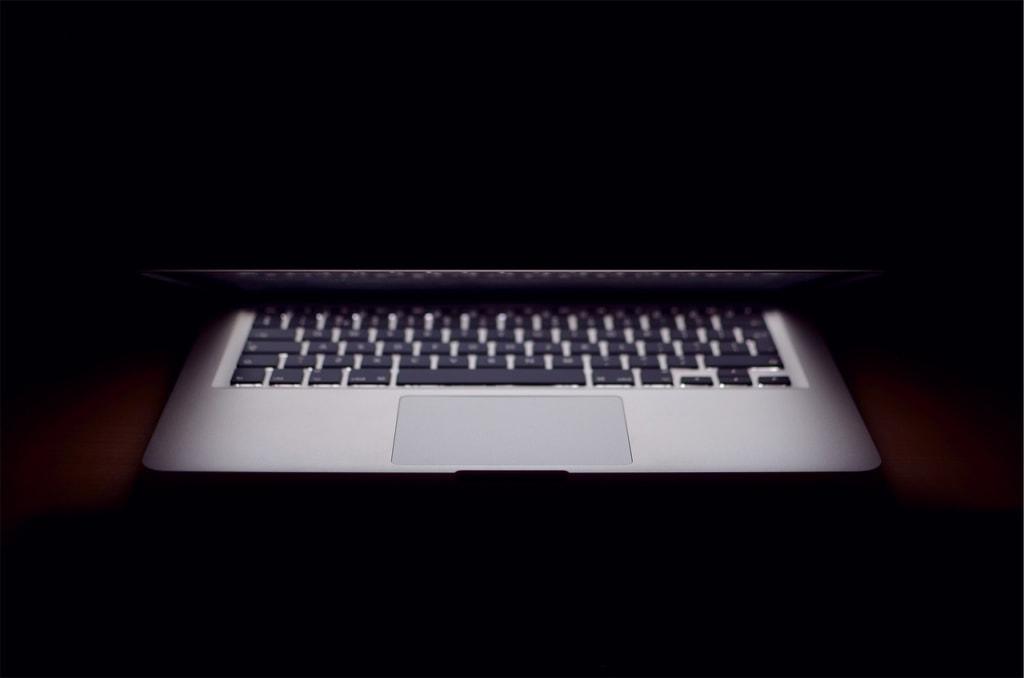 ordinateur sombre